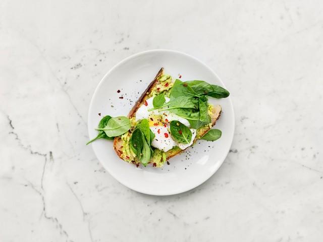 Cucina Eat Avocat Toast au pain au levain, jeunes pousses d'épinards et piment d'espelette